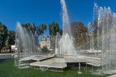Panoramatický výhled na fontánu a rainbow v centru města Pleven