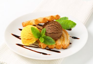 Ice cream with puff pastry biscuits