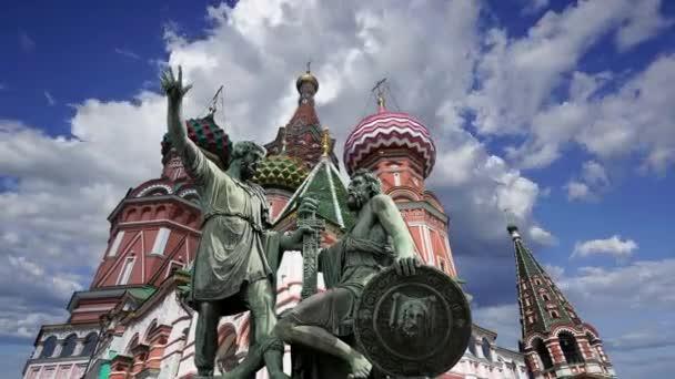 Minin a Pojarsky památník (byl postaven v roce 1818) v blízkosti katedrály sv. Basila (chrám Požehnaný Basil) proti pohybující se mraky, Rudé náměstí v Moskvě, Rusko