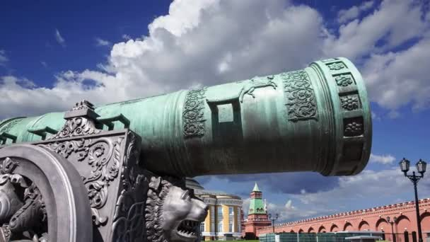 Carské dělo proti pohybujícím se mrakům, Moskva Kreml, Rusko - je velké, 5,94 metrů dlouhé dělo vystavené na pozemku Moskevského Kreml