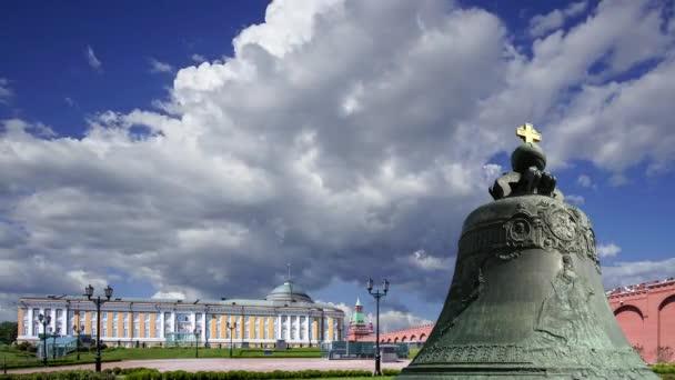 Cara Bella proti pohybujícím se mrakům, Moskva Kreml, Rusko - také známý jako carský Kolokol, car Kolokol III, nebo Royal Bell, je 6,14 metrů vysoký, 6,6 metrů v průměru zvonek na pozemku Moskvy Kreml