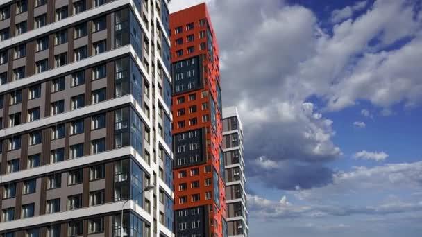 Többszintes épület építés alatt (új lakókomplexum) a mozgó felhők ellen, Moszkva, Oroszország