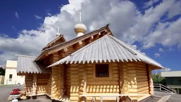 Moderne Orthodoxe Holzkirche gegen die sich bewegenden Wolken, Moskau, Russland