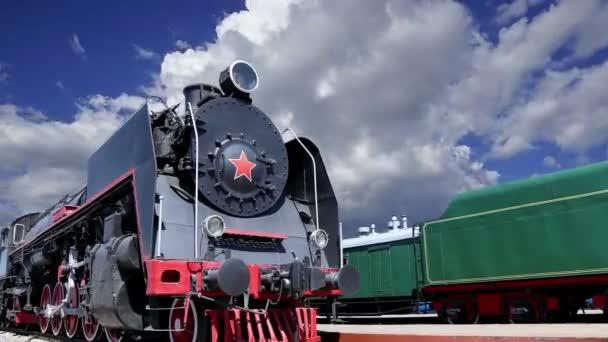 Starobylá parní lokomotiva proti pohybujícím se mrakům, Moskva, Rusko
