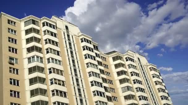 Hochhaus im Bau (neuer Wohnkomplex) gegen die sich bewegenden Wolken, Moskau, Russland