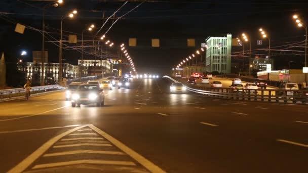 forgalom az autópályán a nagy város (éjjel), Moszkva, Oroszország