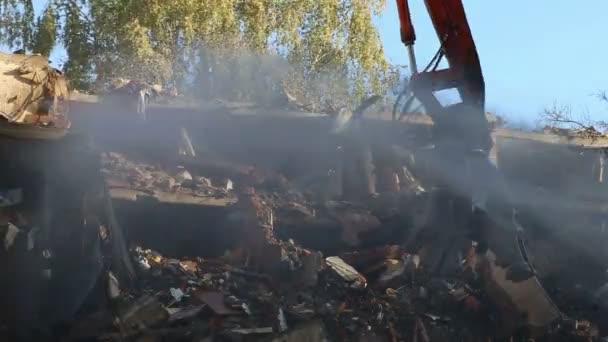 Macchinario per escavatori di frantumatore idraulico che lavora sulla demolizione vecchia casa