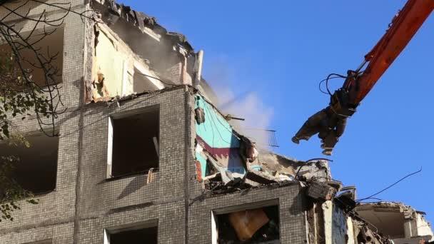 Macchinari per escavatori per frantoi operanti che lavorano alla demolizione vecchia casa. Mosca,Russia