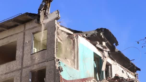Hydraulické drtiče rypadlo stroje pracují na demolice starého domu. Moskva, Rusko