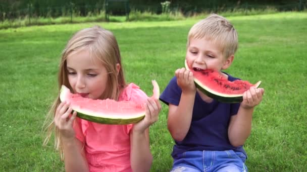 gyerekek enni görögdinnye szabadban
