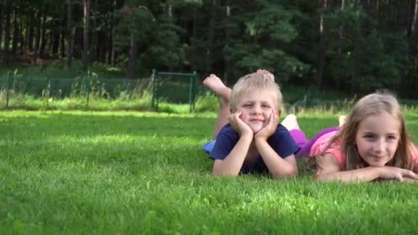 děti si hrají na trávě