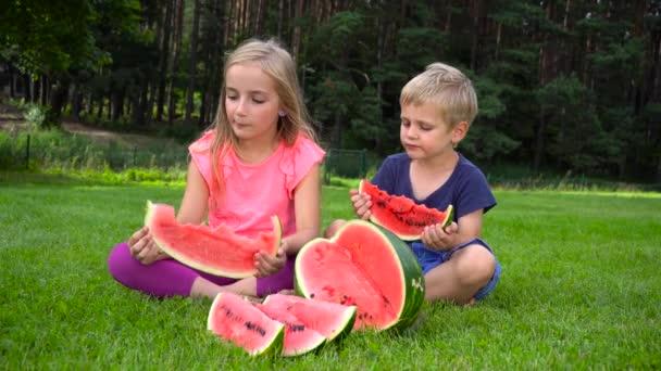 děti jíst meloun venku