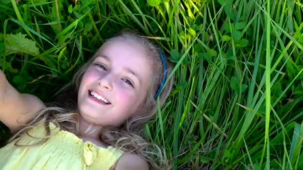 holčička na trávě