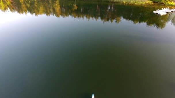 Menschen reisen in Touristenboot über den See