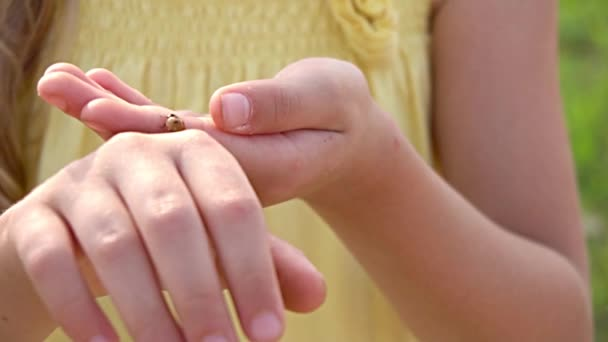hiba a lány kezét