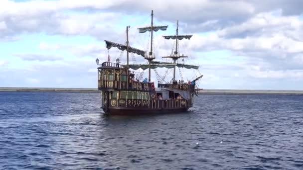 pirátská loď plující v moři
