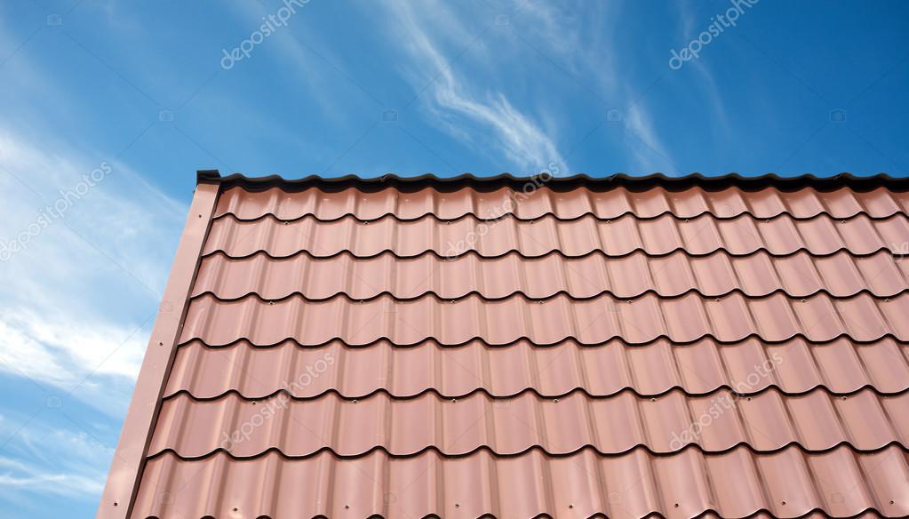 Tetto di una casa di campagna ricoperta di piastrelle marrone