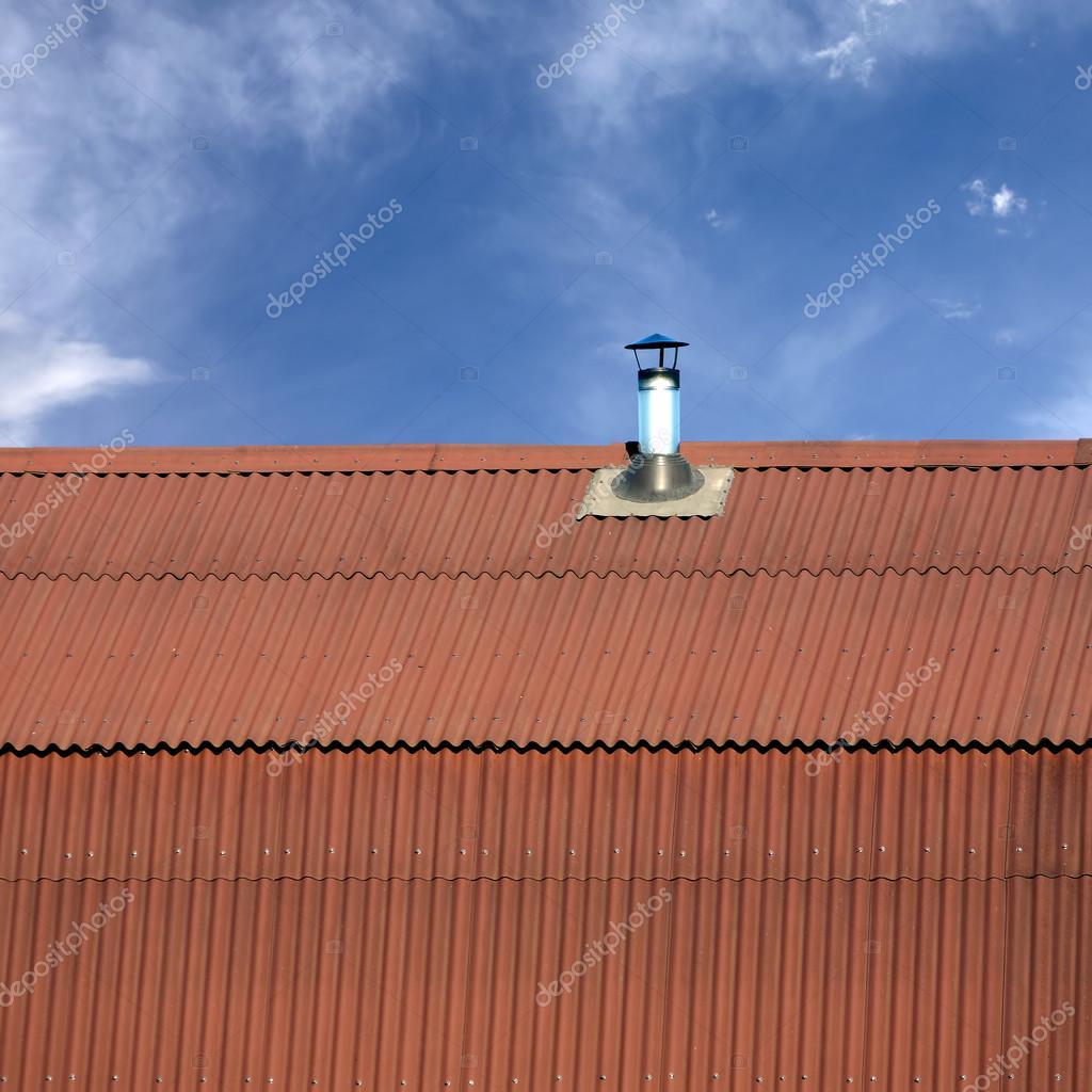 Timpano del tetto di una casa ricoperta di tegole di for Piani di casa tetto in metallo