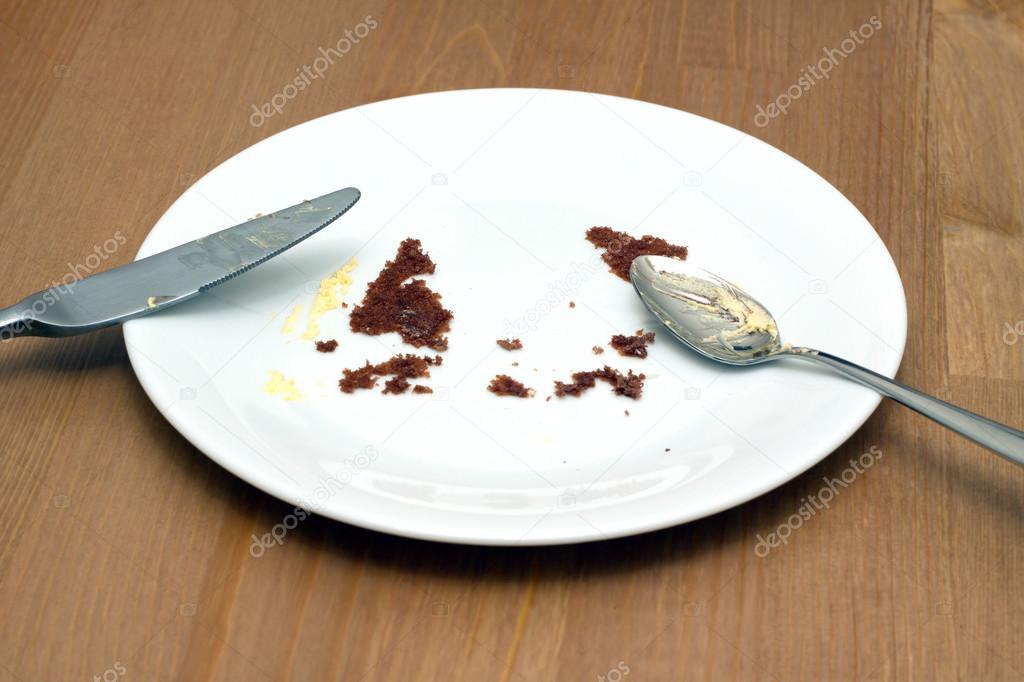 Lege ronde witte plaat met sporen van gegeten taart closeup