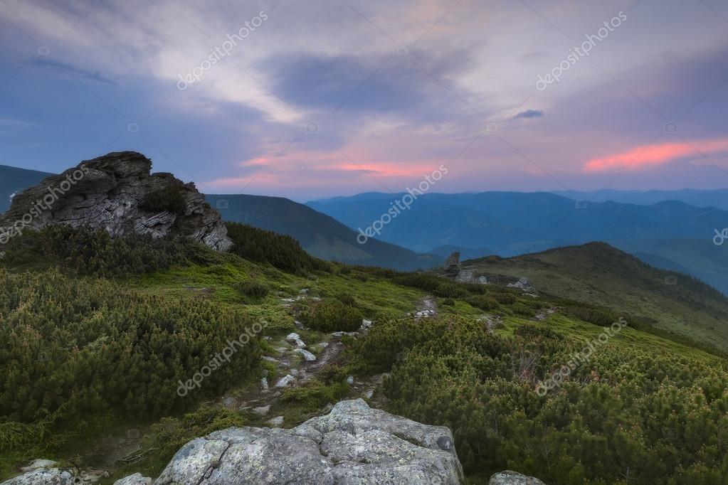 Les Montagnes Des Carpates Dans Le Soleil Couchant Peindre Le Ciel