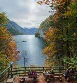 Rilassarsi al Lago Konigssee. Vista di Koenigssee (Lago del re) circondata da montagne alpine dal punto di vista Malerwinkel in autunno. Splendido scenario della campagna bavarese a Berchtesgaden Germania