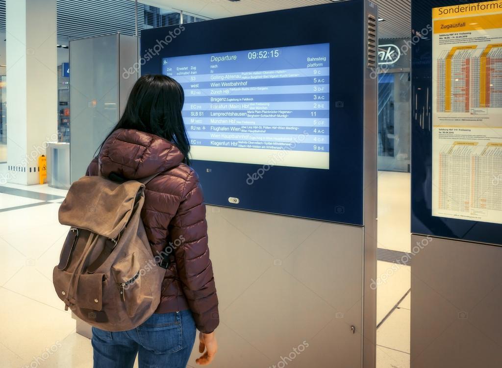 Vonattal  a alpesi vasút. A hátizsák lány úgy néz ki 87702d8292