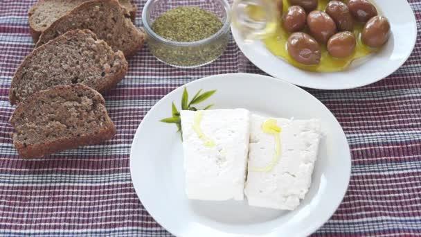 Tradiční Řecký salát s balkánským sýrem, chleba a řecké olivy