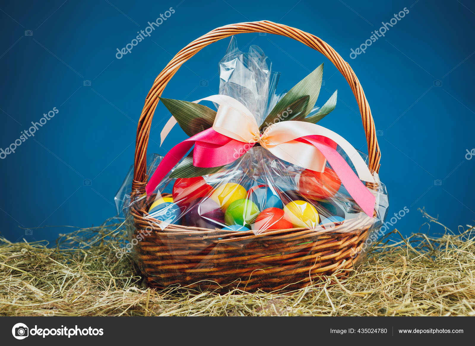 Καλάθι Δώρου Πάσχα Πολύχρωμα Αυγά Μπλε Φόντο — Φωτογραφία Αρχείου ©  nikkytok #435024780