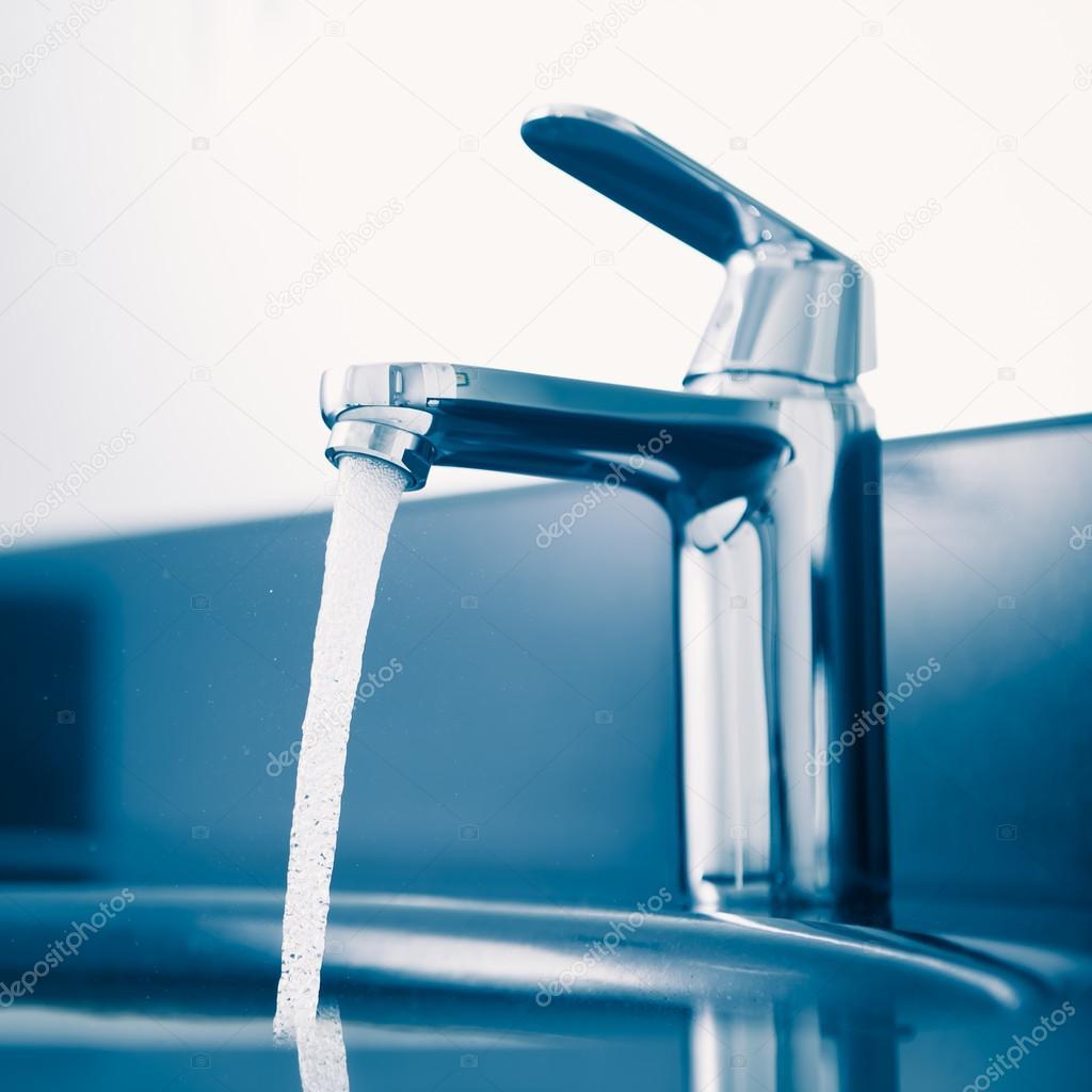Кран с текущей водой, голубой тон — Стоковое фото ...