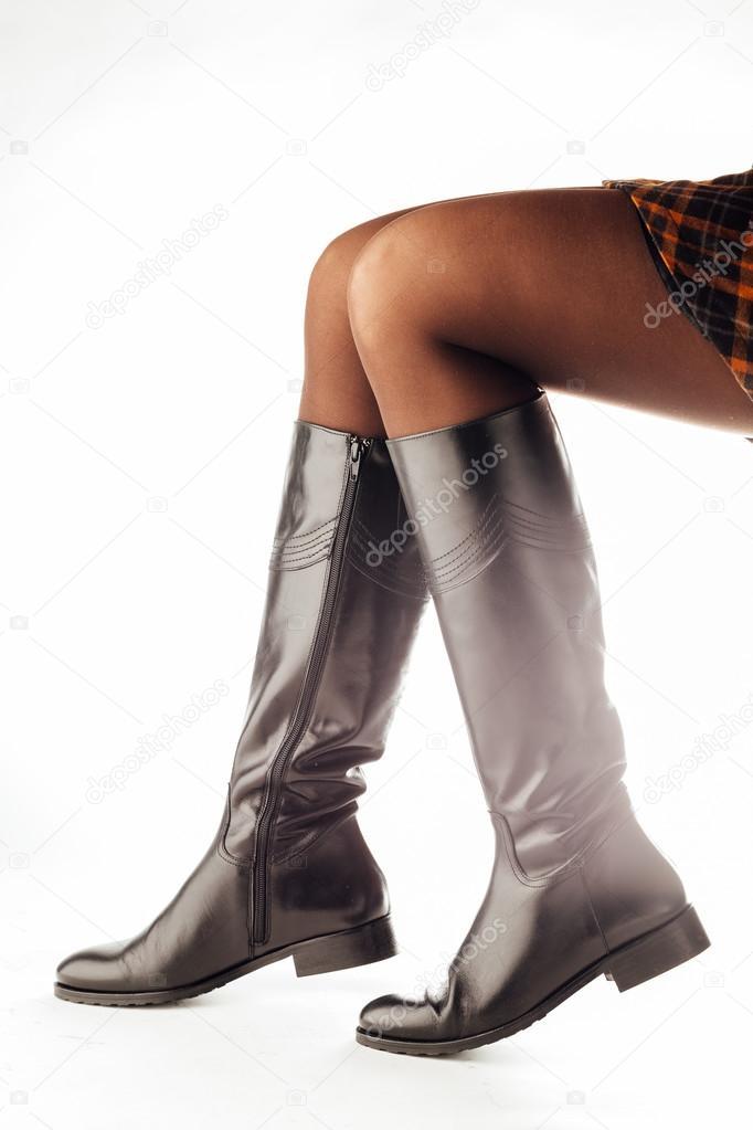 piernas de mujer con negro botas altas de cuero — Foto de