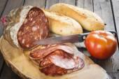 morcon, španělská klobása s chlebem a rajčaty