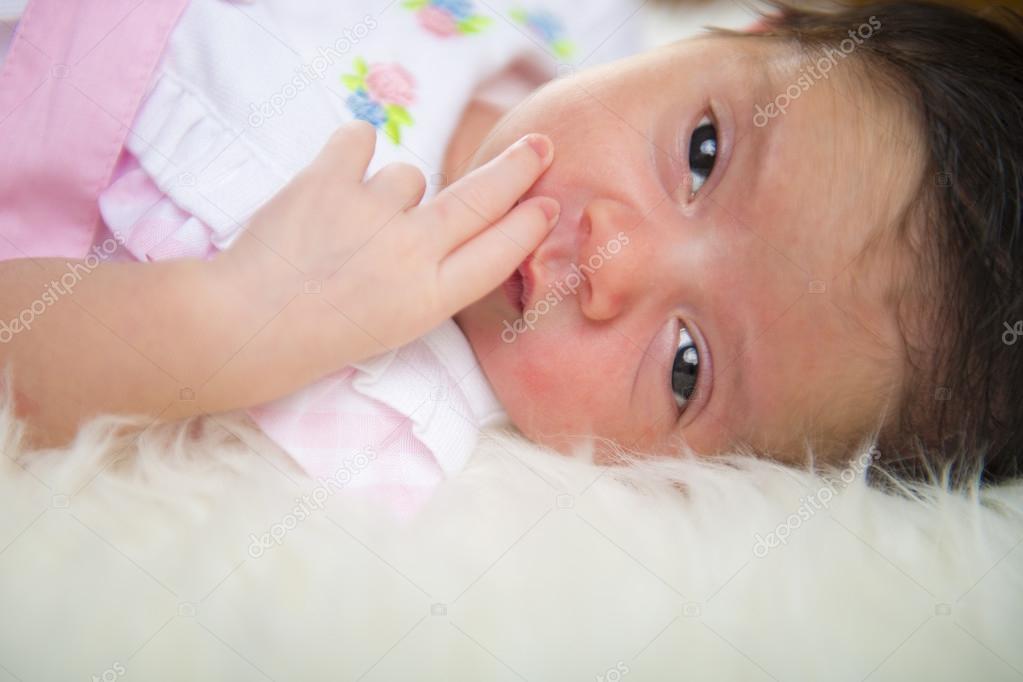 Fille nouveau n couch heureux et d tendu sur une couverture de cheveux blancs photographie - Couche huggies nouveau ne ...