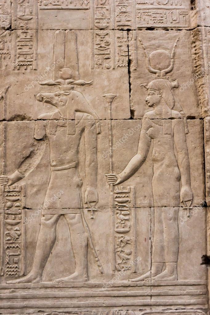 Jeroglificos Esculpidos En Los Muros Exteriores Del Templo Egipcio - Muros-exteriores