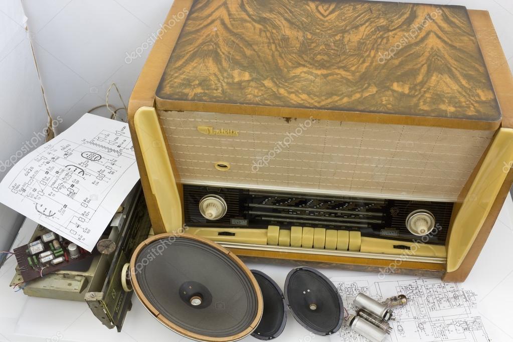 Vintage retro tube radio receiver repair – Stock Editorial
