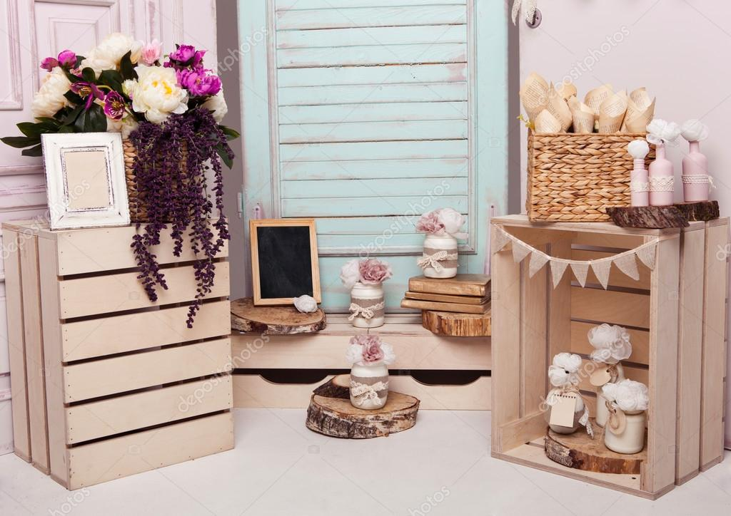 Interieur decoratie setup met bloemen en fotolijst u stockfoto