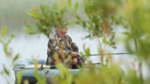 Halász a hajón várja a halat. Spider Web az előtérben