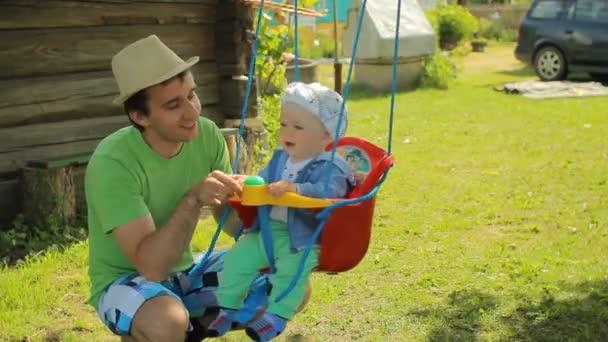 Baby Schommel Tuin.Vader Rolt De Mooie Baby Op Een Schommel Yang Man Met Zijn Zoon In