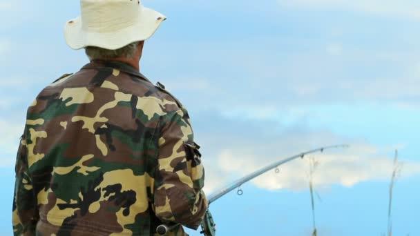 Halász ember a halat a tó horgászbot