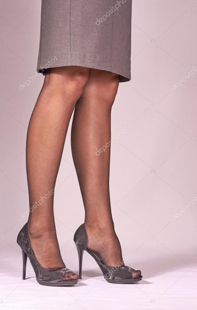 kvinnor i höga klackar