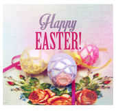 Ostern-Hintergrund mit bunten Eiern