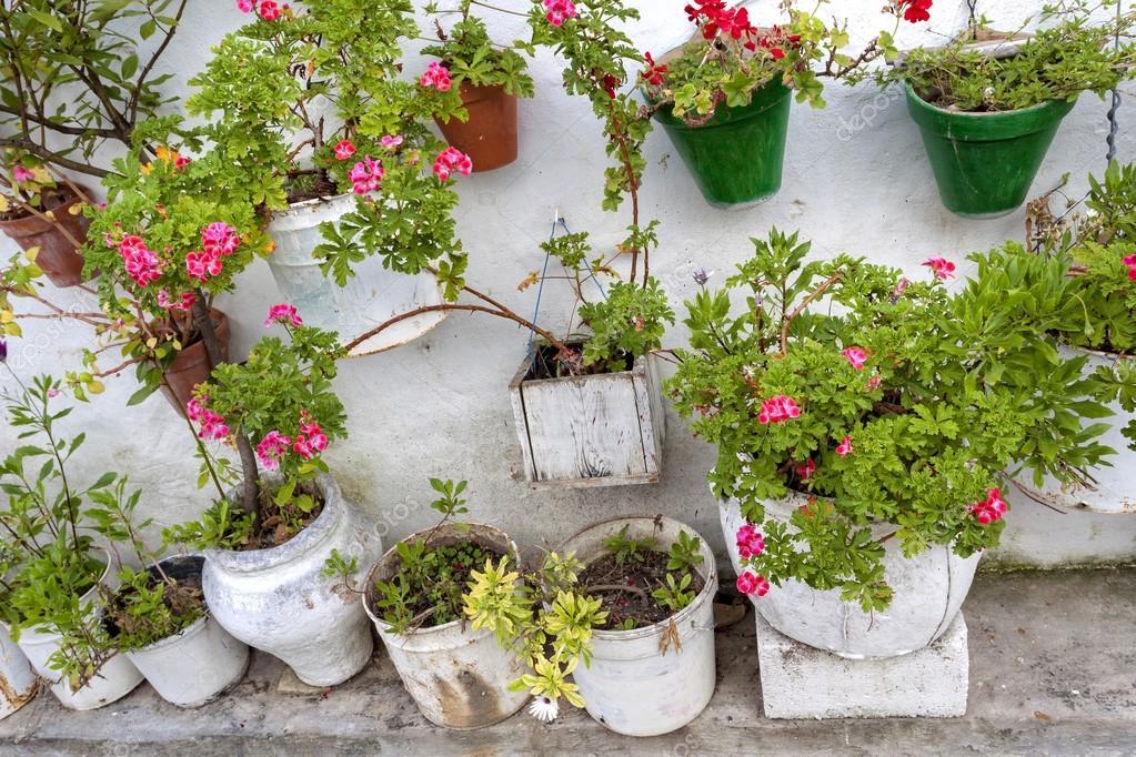 Wiele Doniczki Wiszące Na ścianie Domku Hiszpański Zdjęcie