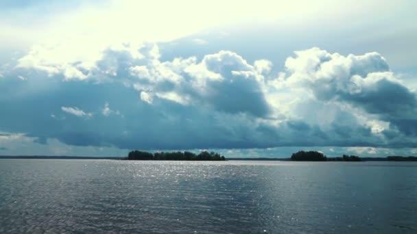 Waterscape s kalužemi vody a mraky na obloze