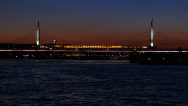 Halic Golden Horn Metro můstek při západu slunce