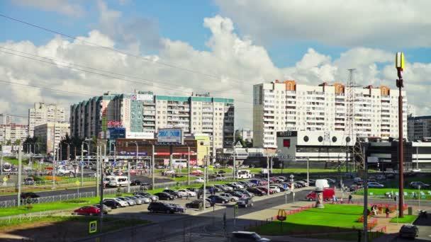 Sunny pohled moderní městské čtvrti