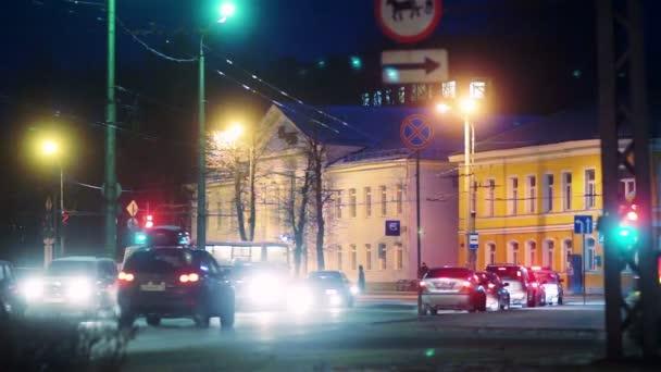 Světla aut sotva pohybuje v noční provoz