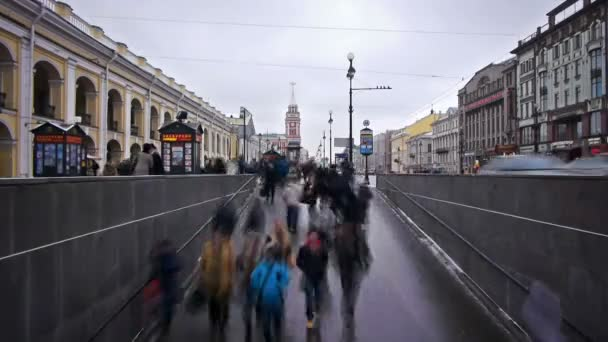 Gyalogosok megy gyalogos aluljáró