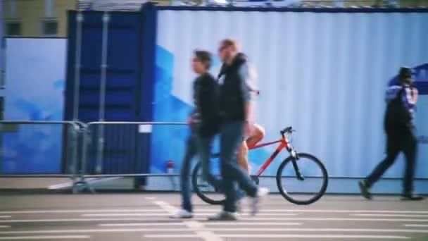 Muž s mobilním telefonem na kole