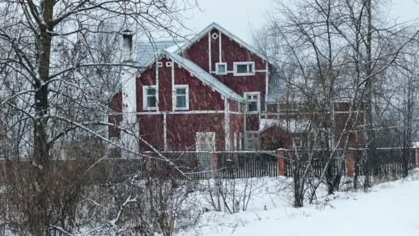 Vidéki ház alatt a hó hófúvás