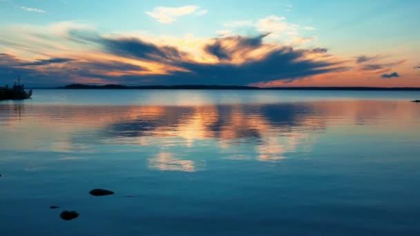 A tó táj nyugodt napkelte