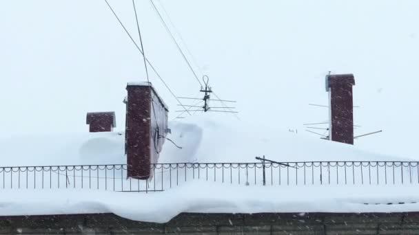 Komín na zasněžené střechy domu v zimě den